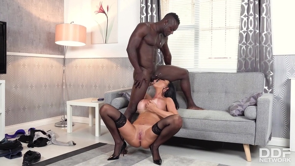 Muscular black guy and busty milf Jasmine Jae gave great sex on the couch